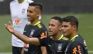 Neymar, junto a Marquinhos y Thiago Silva