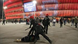 La pelea entre los hinchas del Spartak y la Ertzaintza ha dejado imágenes como éstas