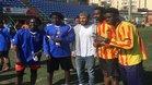Rafinha, jugador del Barcelona, visita a jóvenes refugiados en Sant Andreu