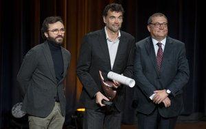 Sergi Bruguera junto al consejero delegado de Prensa Ibérica, Aitor Moll, y del patrono director de la Fundació Damm, Ramón Agenjo