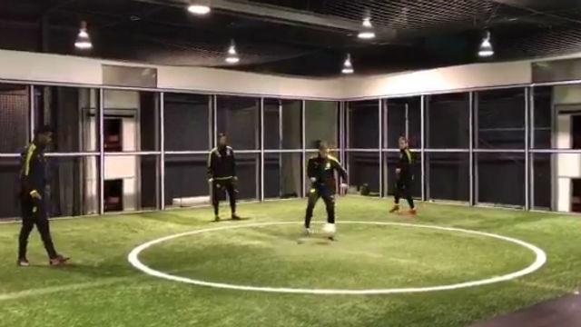 Sergio Gómez entrena junto a miembros del primer equipo del Dortmund