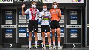 Van der Breggen en el podio junto a sus rivales