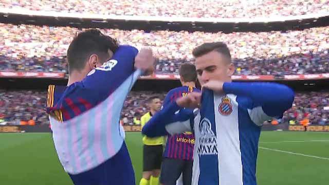 Adrián Pedrosa no dudó en intercambiarse la camiseta con Messi nada más terminar el partido