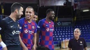 Andreu Plaza, expectante junto a varios jugadores antes de la foto