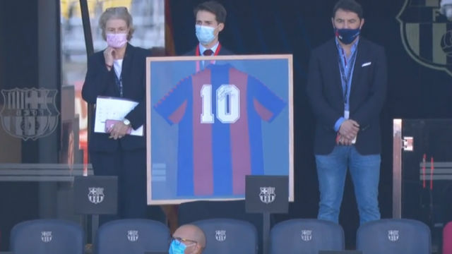 Así fue el homenaje del FC Barcelona a Maradona