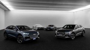 Audi e-tron (derecha) y prototipos eléctricos de Audi, con el e-tron GT Concept y al lado, oculto, su versión de producción, que se presentará en 2020.