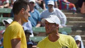 Bernard Tomic y Hewitt en un partido de la Copa Davis