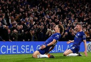 El defensa David Luiz (L) celebra con Ross Barkley tras anotar su segundo gol durante el partido de fútbol de la Premier League inglesa entre el Chelsea y el Manchester City en Stamford Bridge en Londres.