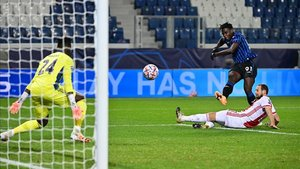 Duván Zapata marcó los dos goles de la Atalanta en el empate 2-2 ante el Ajax
