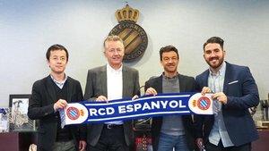 Foto de familia después de firmar el acuerdo entre el RCD Espanyol y GIS