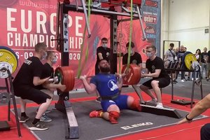 Un halterófilo intenta levantar 400 kilos, pero sus rodillas se parten por el peso