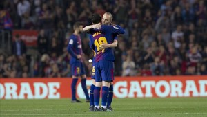 Iniesta se abrazó a Messi tras el 3-0 en el que participaron