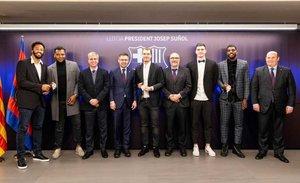 La Junta, con el presidente, homenajeó a los jugadores blaugrana