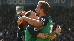 Kane celebrando uno de sus goles con sus compañeros