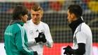 Kroos, junto a Löw y Özil en un entrenamiento de la selección alemana