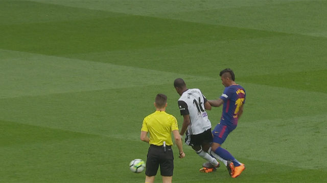 LALIGA   FC Barcelona - Valencia (2-1): La entrada de Kondogbia a Paulinho