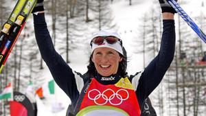 Marit Bjorgen celebra su tercer puesto en la prueba de esquí de fondo de los Juegos Olímpicos de Invierno de Turín 2006