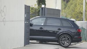 Un momento en el que Philippe Coutinho accede al domicilio a bordo de su coche