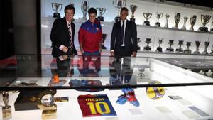 Philppe Coutinho se recreó delante de la zona dedicada a Leo Messi en el Museo de Barça