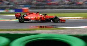 El piloto monegasco de Ferrari, Charles Leclerc, conduce durante la primera sesión de práctica en el circuito Autodromo Nazionale en Monza antes del Gran Premio de Fórmula 1 de Italia.