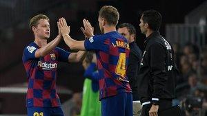 Rakitic, entrando por De Jong en el partido ante el Valladolid