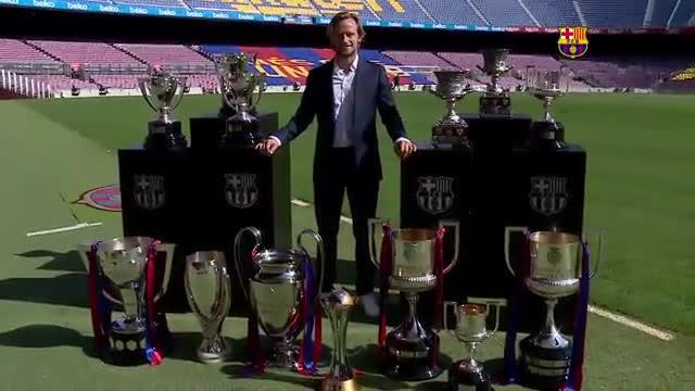 Rakitic posa con los trofeos conseguidos con el Barça