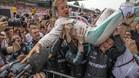 Rosberg celebró exultante con su equipo la victoria en Monza