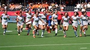 La selección española femenina de hockey celebra el tercer puesto