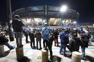 Aficionados del Nápoles se concentran a las puertas del estadio San Paolo para rendir homenaje a Maradona en Nápoles. Seguidores de todo el mundo lloran la muerte de Diego Armando Maradona.