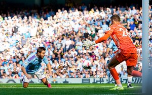 Bernardo Silva (i) marca el 4-0 durante el partido de la Premier League entre el Manchester City y el Watford FC en Manchester.