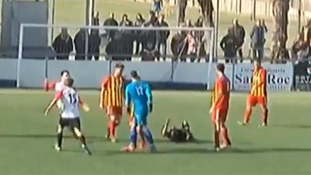 Brutal agresión del portero del Manlleu al árbitro tras anularle un gol en el último minuto