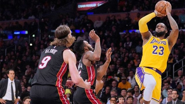 Espectacular jugada entre LeBron James y Lonzo