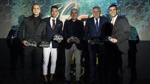 La expedición del Barça posa con sus premios