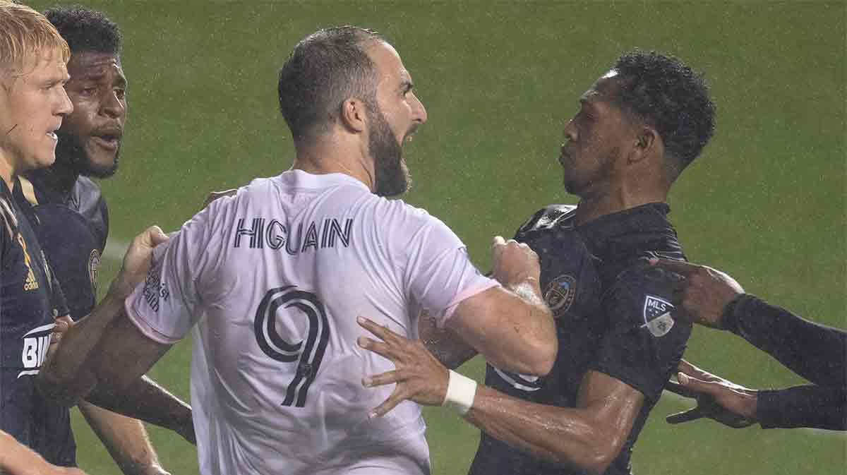¿Te imaginabas este debut de Higuaín en la MLS? Falla un penalti y se lía después