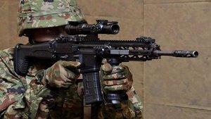 Japón entrega nuevos rifles y pistolas a los soldados de su ejército