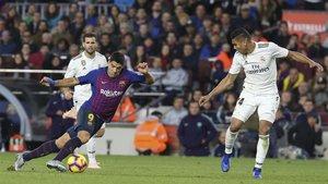 Luis Suárez, flanqueado por Nacho y Casemiro, durante el último Barça-Real Madrid de LaLiga