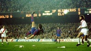 El momento cumbre de la goleada. El cuarto gol, anotado de chilena por Hansi Krankl