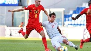 Oyarzabal disputando un balón en un partido contra Bélgica