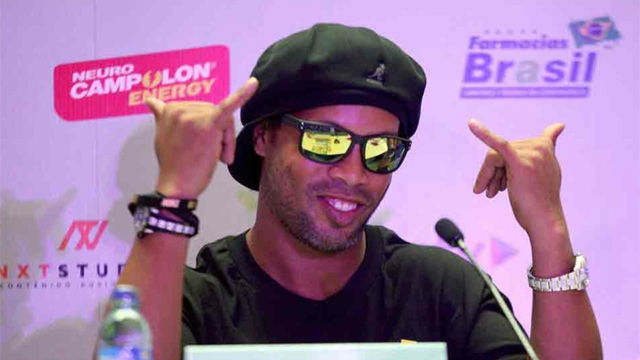 Ronaldinho no se presenta en un acto promocional y sus fans enfurecen