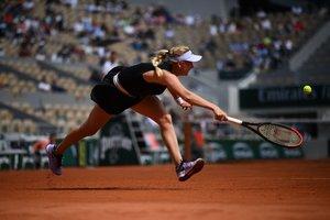 La rusa Anastasia Potapova devuelve la pelota a la alemana Angelique Kerber durante el partido de primera ronda de individuales de sus mujeres el día 1 del torneo de tenis Roland Garros 2019 French Open en París.
