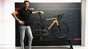 Samu Sánchez, con la bici especial diseñada por MMR Bikes
