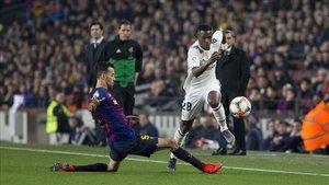 Sergio, en una acción defensiva ante Vinicius