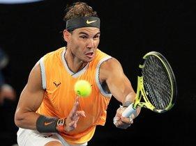 El tenista español Rafael Nadal en acción contra el australiano Alex de Miñaur durante su partido de la tercera ronda del Abierto de Australia disputado este viernes en Melbourne, Australia.