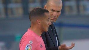 Zidane conversa con Lucas Vázquez antes de que empezara el partido