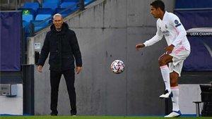 Zidane mira con recelo a Varane