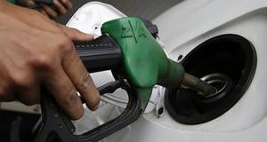 Un conductor repone gasolina.