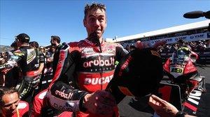 Álvaro Bautista (Ducati) muestra su felicidad, hoy, en el corralito del circuito de Phillip Island (Australia).
