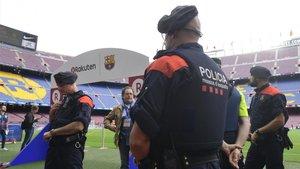 Agentes de los Mossso dEsquadra desplegados en el Camp Nou en los prolegómenos de un partido