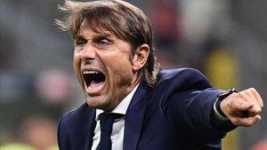 Antonio Conte realizando indicaciones.