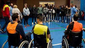 Así fue la visita del FC Barcelona femenino al Instituto Guttmann